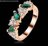 Позолоченное кольцо с зелеными и белыми цирконами р 17,18 код 894