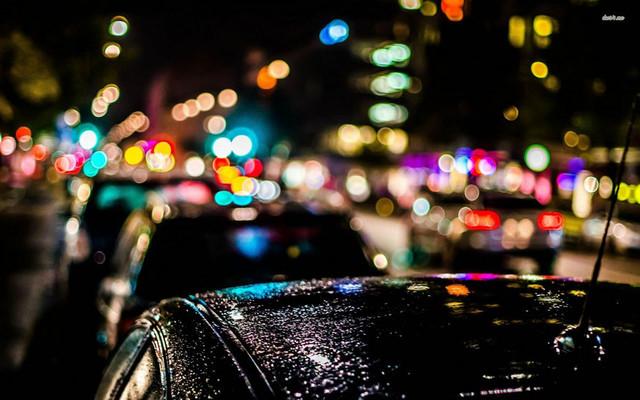 Боке при съемке автомобилей вечером после дождя