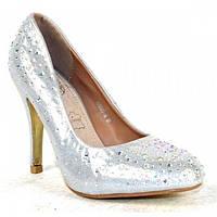 Серебристые свадебные туфли со стразами