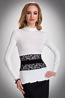 Женская блуза из вискозы цвета экри с длинным рукавом, украшена черным кружевом. Модель Lucrecia Eldar.