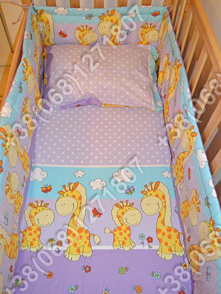 Детское постельное белье и защита (бортик) в детскую кроватку (жираф фиолетовый)