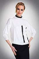 Женская блуза из вискозы цвета экри свободного кроя, украшена черным кружевом. Модель Salma Eldar.