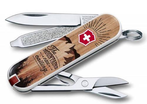 """Перочинный нож для похода Victorinox CLASSIC """"The Mountains are Calling"""" 06223.L1604 коричневый"""