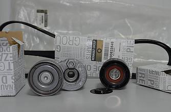 Комплект натяжитель + ролик + ремень генератора на Renault Trafic 2001-> 1.9dCi (+AC) - 117200713R