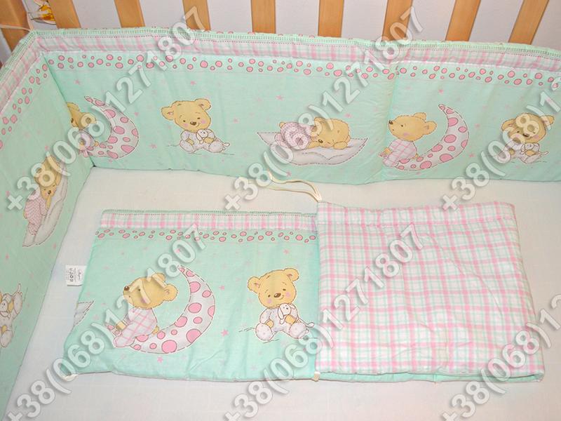 Бортики в детскую кроватку защита бампер Мишка на месяце салатовый