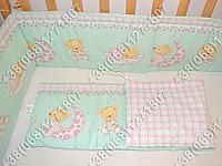 Защита бортик в детскую кроватку для новорожденных (мишка на месяце салатовый)