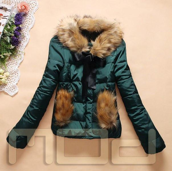 Короткая женская куртка с меховыми карманами