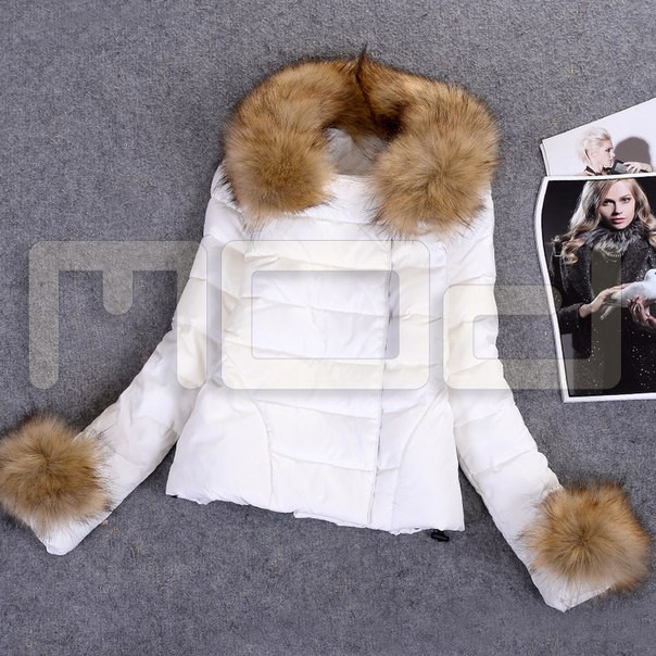 Женская куртка с мехом на капюшоне