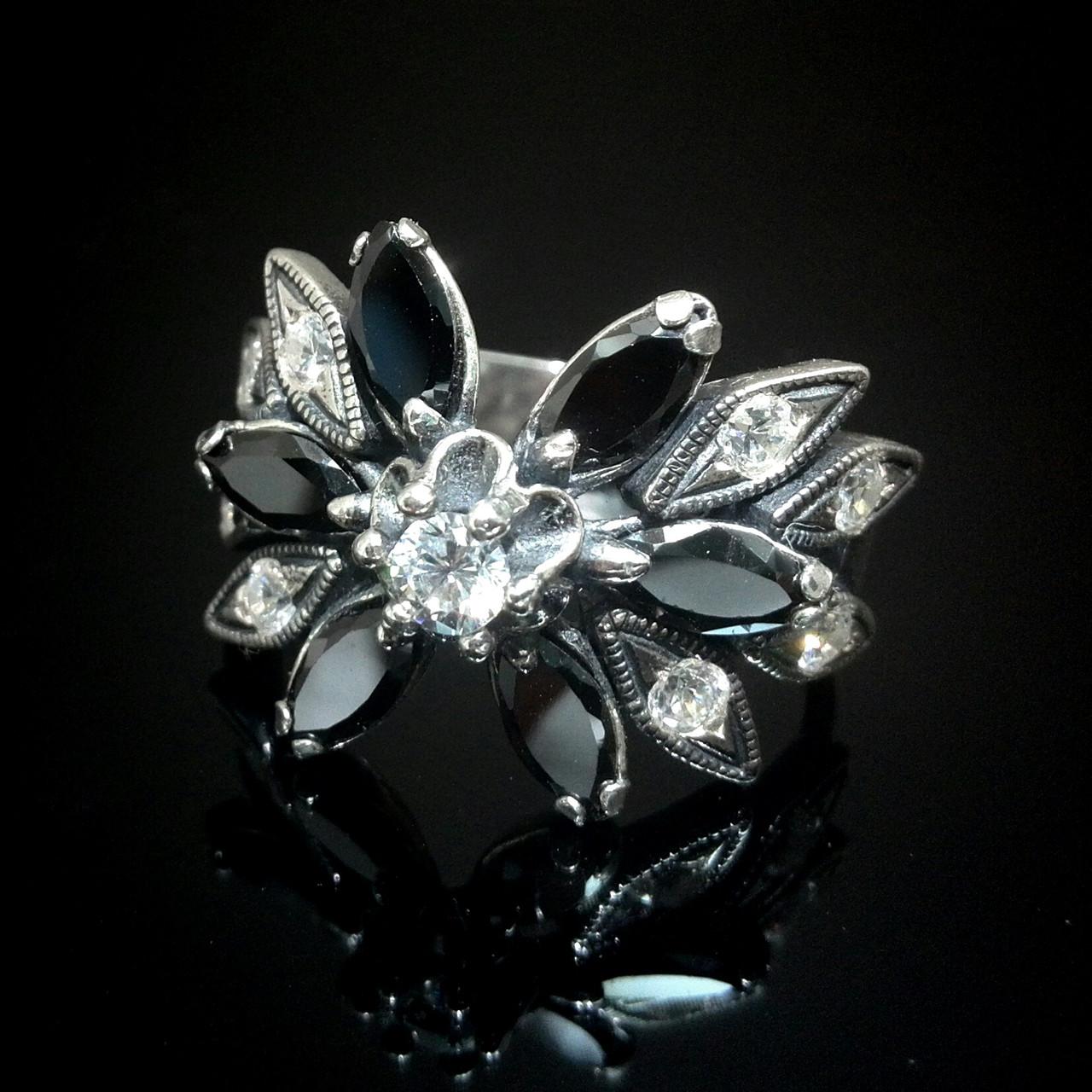 Срібне кільце у вигляді квітки з чорними фіанітами
