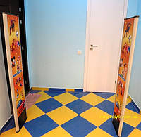 Реклама на антикражных воротах.