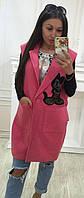 Трендовая удлиненная женская жилетка прямого кроя на пуговицах с накладными карманами и аппликацией кашемир