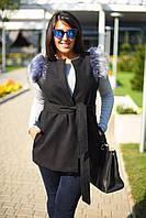 Ультрамодная женская жилетка приталенного фасона под пояс с мехом на плечах и боковыми карманами кашемир