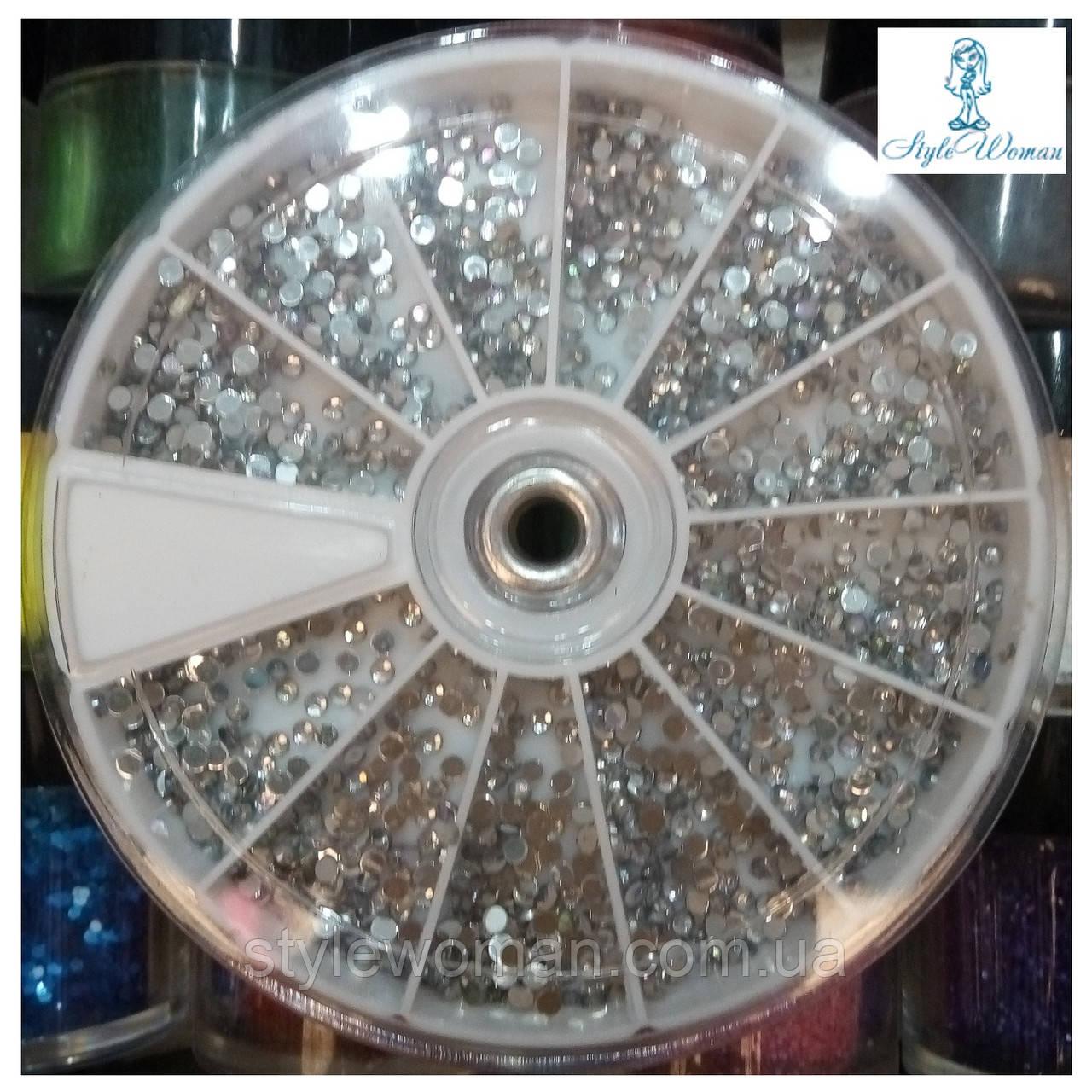 Стразы пластиковые в большой карусели для дизайна ногтей круглые серебро