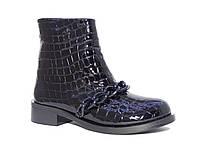Лаковые женские ботинки с рельефом и цепочкой