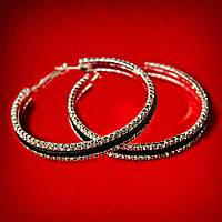 [75 мм] Серьги-кольца итальянский замок с белыми стразами большого размера светлый металл с черными кожаными вставками