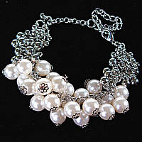 Браслет женский на цепочке с белыми жемчужинами-гроздьями и маленькими шариками светлый металл