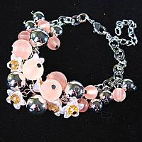 [20 см] Браслет женский на цепочке с персиковыми бусинами разных размеров, чешским стеклом и цветами  светлый металл
