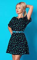 Летнее женское платье темно-синего цвета с принтом и поясом в комплекте.