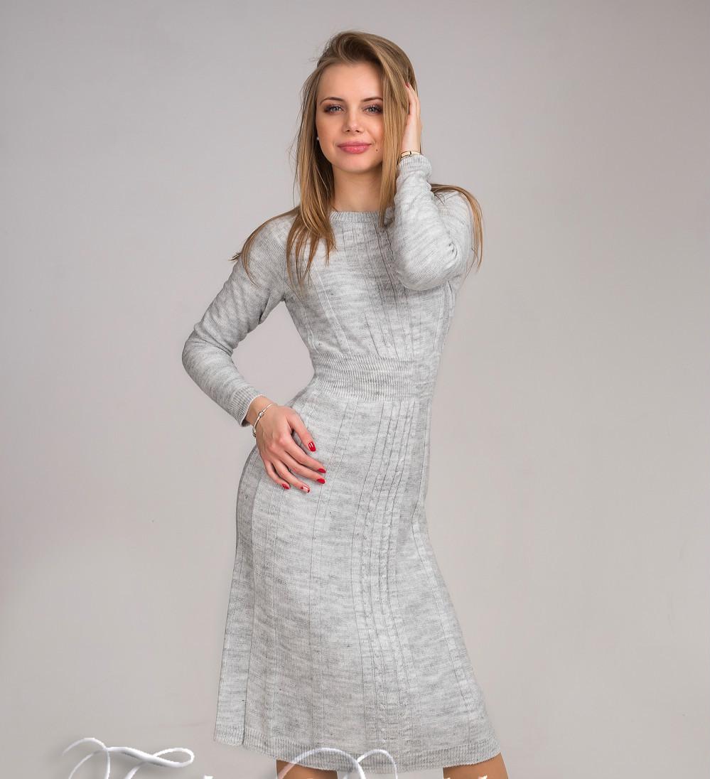 Модное вязаное женское платье светло-серого цвета