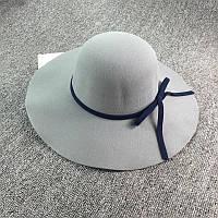 Стильная женская широкополая шляпа из фетра серого цвета с синей лентой