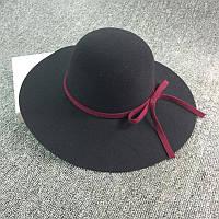 Стильная женская широкополая шляпа из фетра черного цвета с вишневой лентой