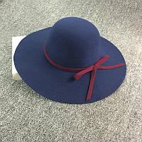 Стильная женская широкополая шляпа из фетра синего цвета с вишневой лентой