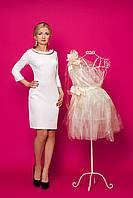 Платье-футляр молочного цвета из структурного трикотажа в розочки