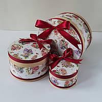 Круглая подарочная коробка ручной работы с феями и красной лентой