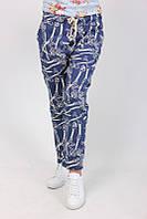 Синие штаны с абстрактным принтом