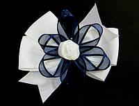 Бант школьный, белый с синей лентой, диаметр 10 см