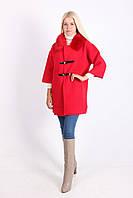 Яркое женское пальто красного цвета