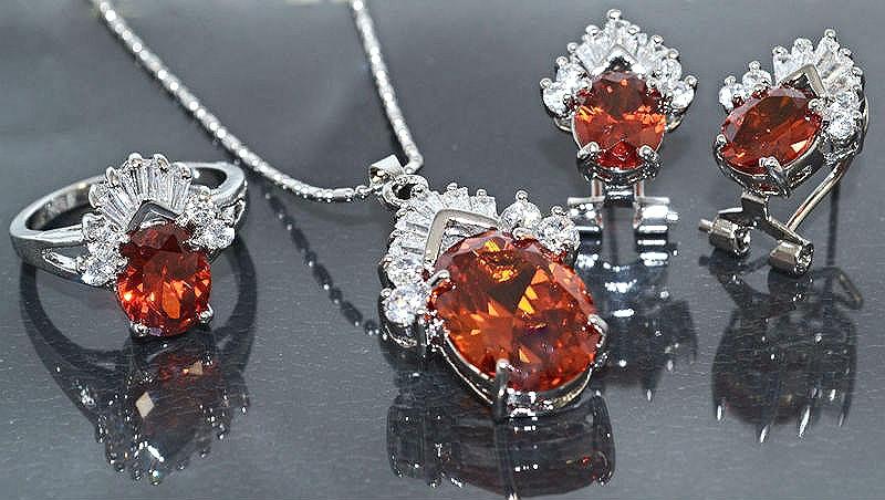 Набор: кулон на цепочке, серьги и кольцо 19 р. Цвет: серебряный. Камни: оранжевый циркон и  белые фианиты.
