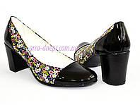 Женские туфли из натуральной лаковой кожи и кожи с цветочным принтом, невысокий каблук.