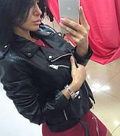 Стильная укороченная женская куртка-косуха кожаная, на молнии, черный цвет