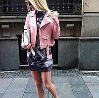 Стильная укороченная женская куртка-косуха кожаная, на молнии, розовый цвет