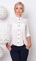 Женская блуза из креп-шифона молочного цвета с застежкой на черных пуговицах.