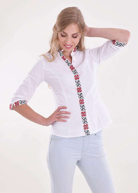 Стильная молодежная блуза из льна в белом цвете украшена вышивкой крестиком