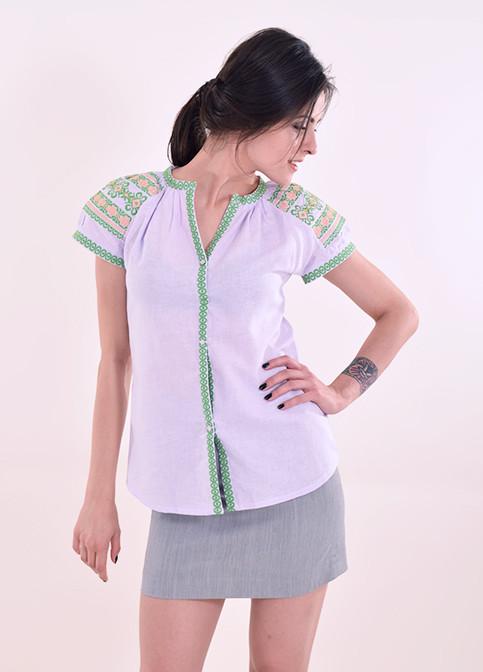 Льняная женская блуза оригинального кроя рукава декорированы вышивкой