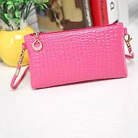 Стильная маленькая женская сумка с длинной ручкой под кожу крокодила (розовая)