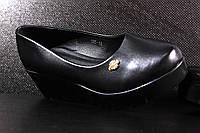 Женские туфли черные на танкетке