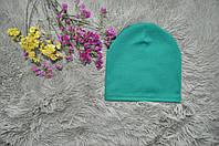 Однотонная шапка ярко зеленого цвета