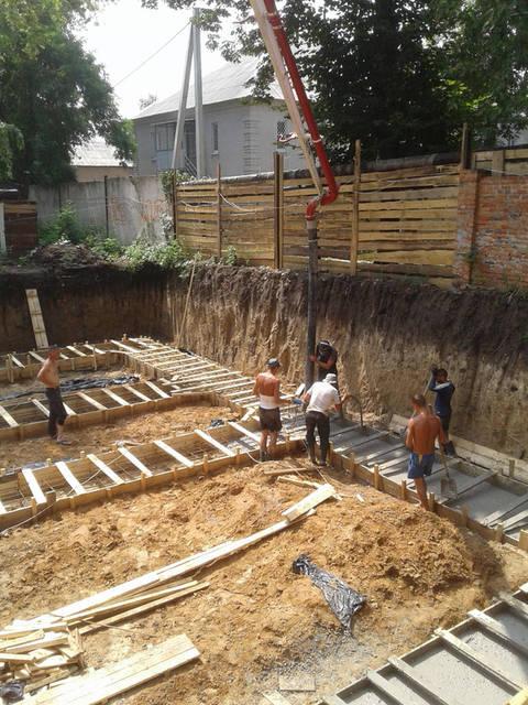 Приемка бетона в монолитную ленту под фундаментные блоки.