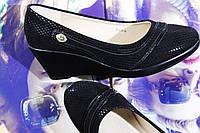 Женские черные туфли на танкетке