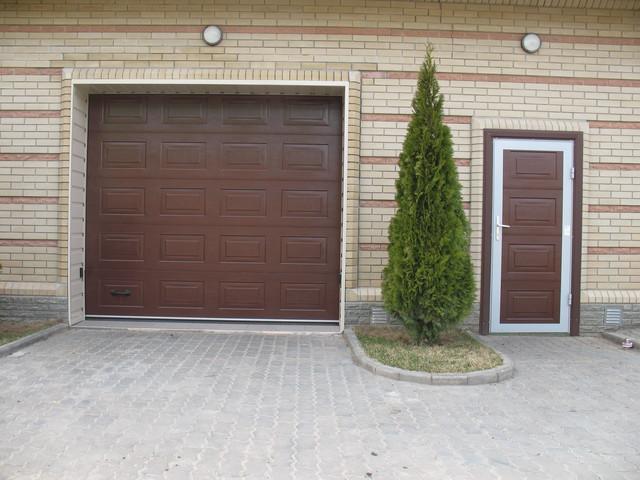 Гаражные входные двери, теперь вместе с воротами от компании Алютех.
