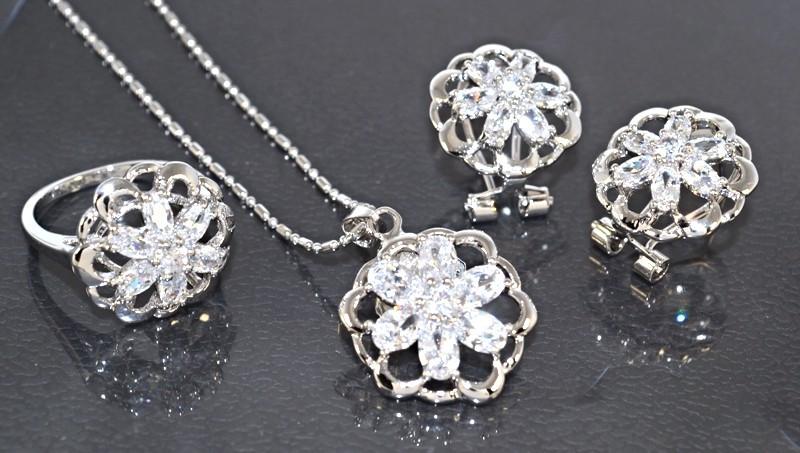 d38edd7ef5f0 Набор  кулон на цепочке, серьги и кольцо 18 р. Цвет  серебряный. Камни   белый циркон.