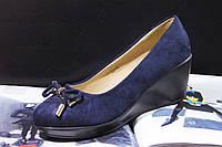 Женские туфли синие на танкетке