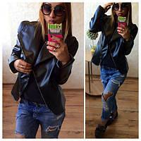 Модная черная куртка из кожзама
