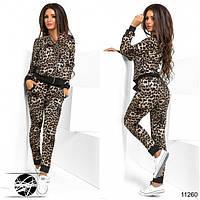 Спортивный костюм: декорирован леопардовым принтом. Кофта с карманами, спереди застегивается на молнию.