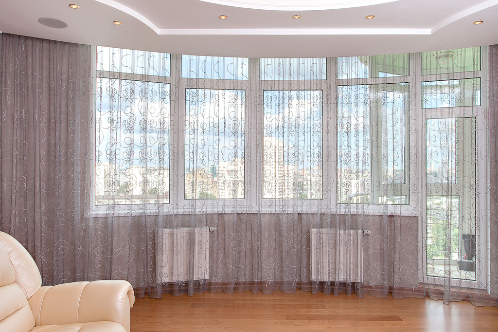 Тюль с серым оттенком для панорамных окон
