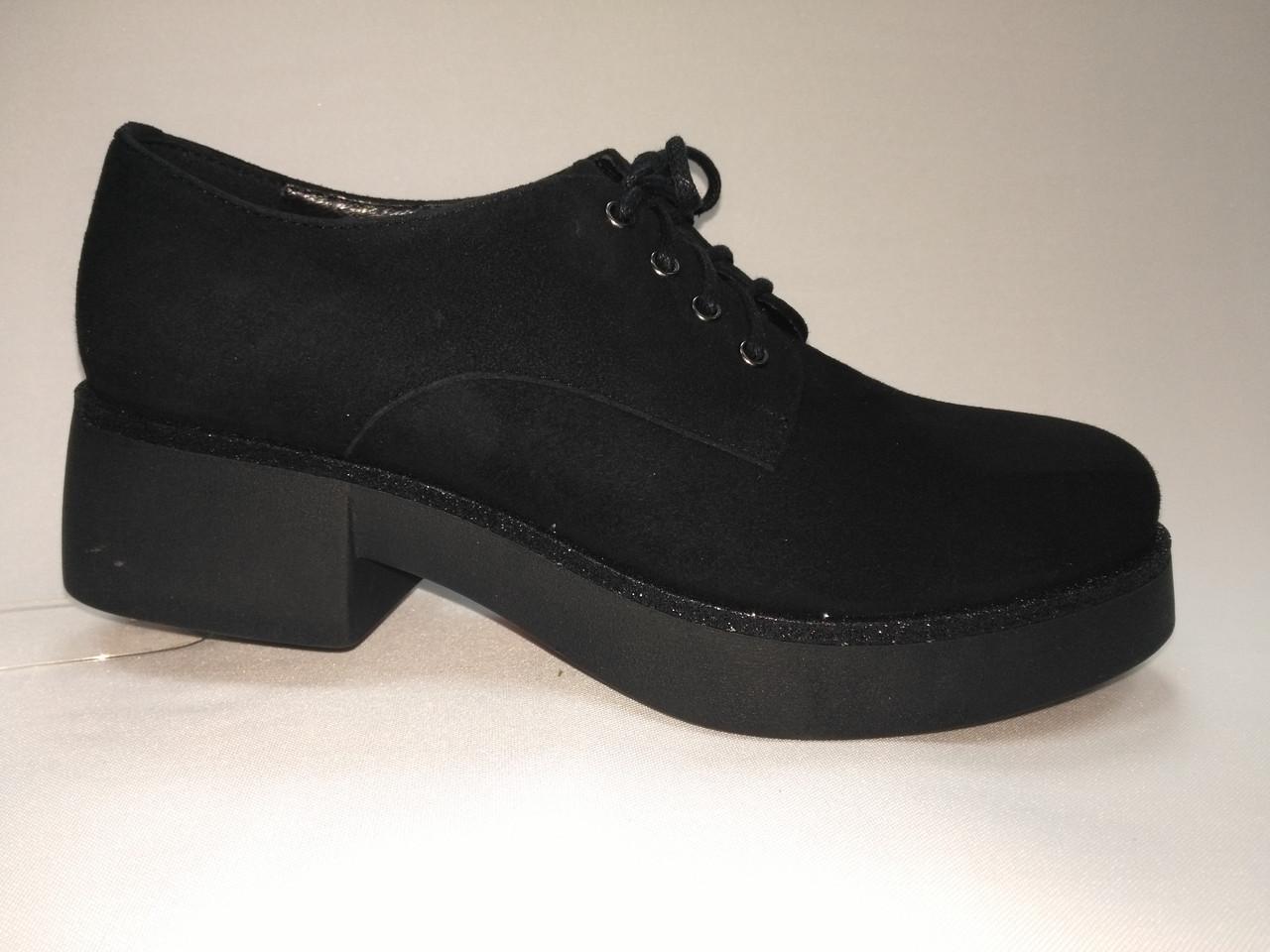 Чорні замшеві туфлі на підборах і платформі зі шнурками.Польща.
